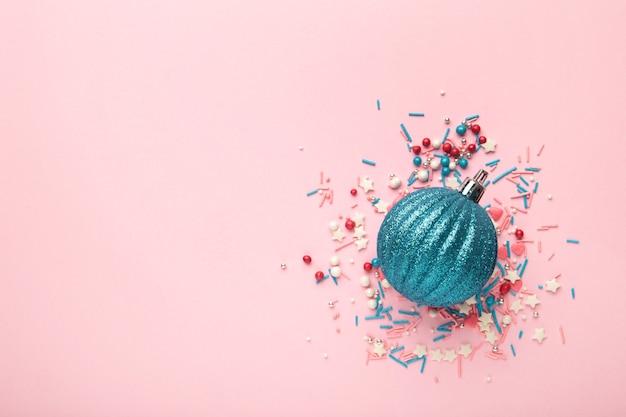 Confettini di caramelle colorate e palla di natale