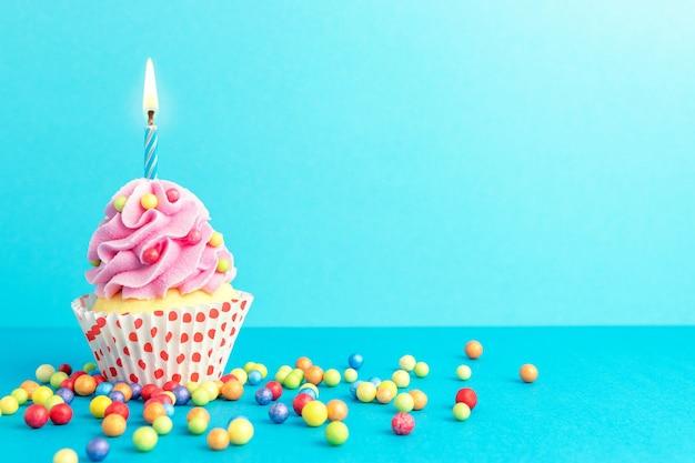 Sfondo colorato celebrazione con cupcake.