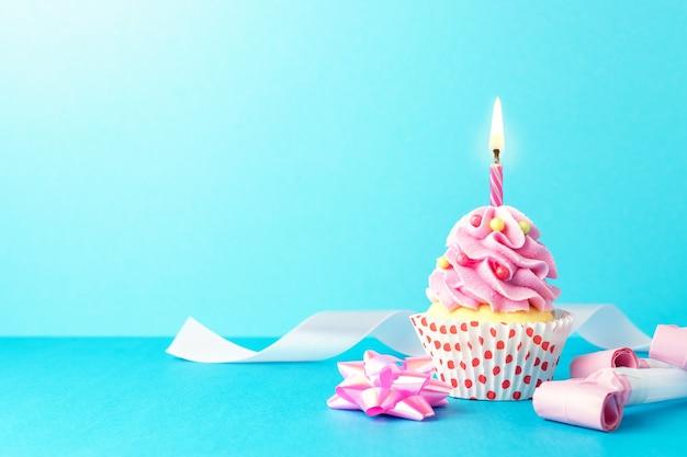 Sfondo colorato celebrazione con varie decorazioni per feste e cupcake.