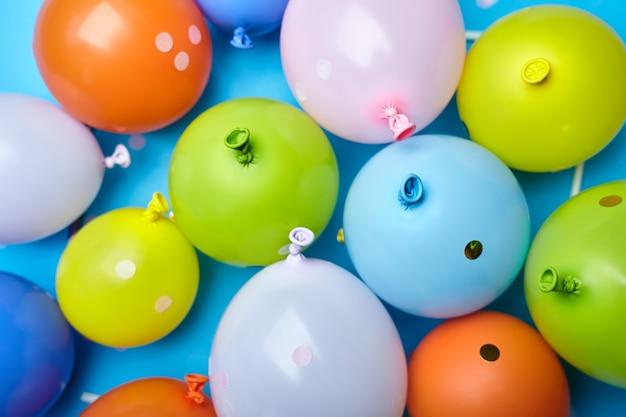 Palloncini divertenti celebrazione colorato su sfondo blu. palloncini colorati per feste vista dall'alto semplice