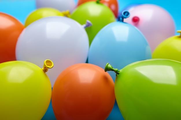 Palloncini divertenti celebrazione colorato su sfondo blu.