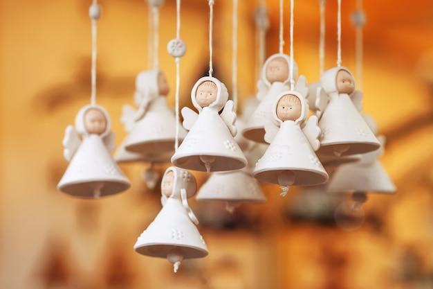 Colorate campane in ceramica e altre decorazioni vendute sul mercatino di natale in europa.