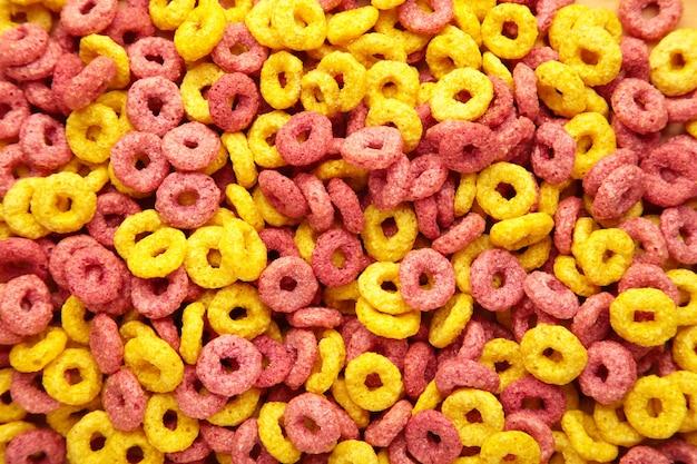 Anelli colorati ad anello di cereali, sfondo di cibo per la colazione