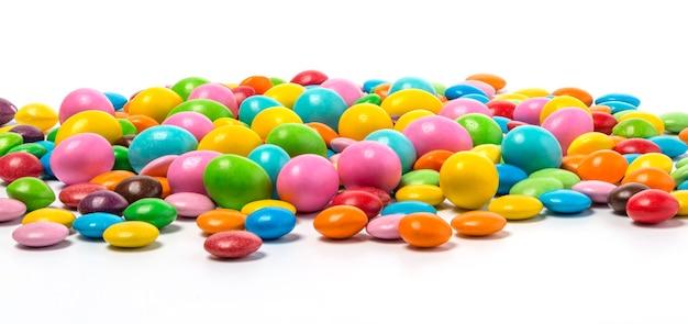 Pillole di caramelle al cioccolato colorate isolate su sfondo bianco