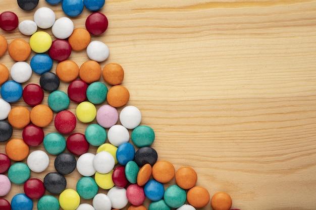 Pietre di caramella di cioccolato colorato su sfondo bianco. Foto Premium