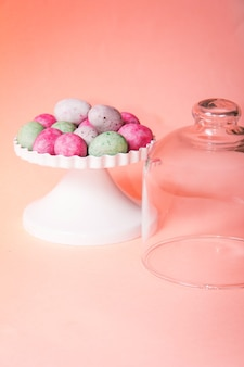 Uova di pasqua di cioccolato colorate su una superficie arancione