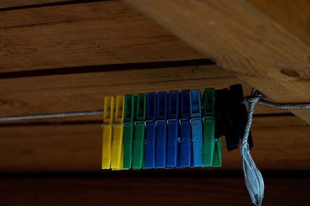Mollette da bucato colorate sulle grucce