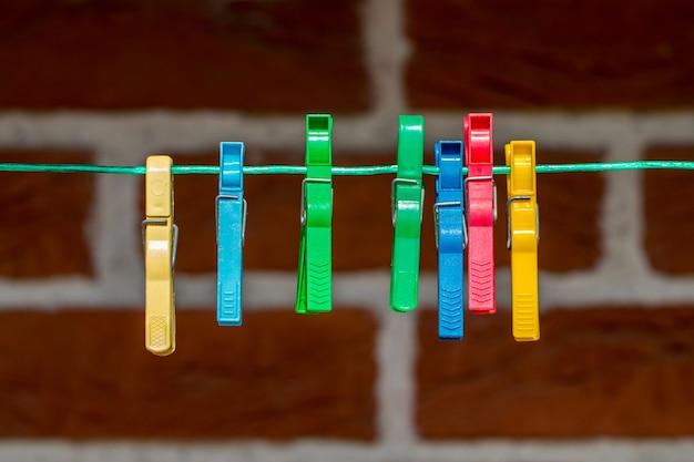 Molletta da bucato colorata, mollette sulla corda da vicino.