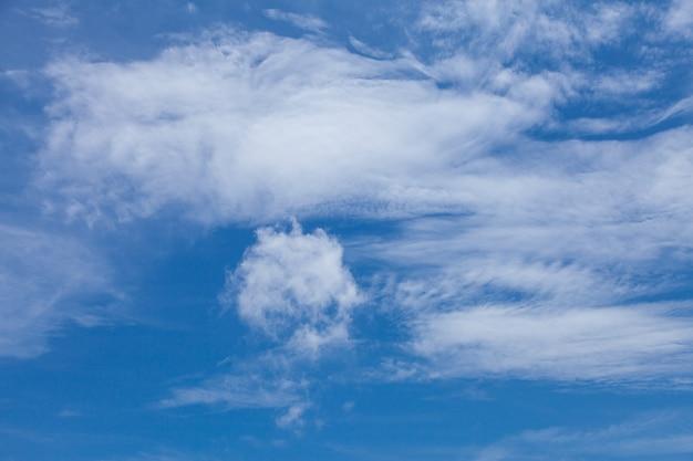 Nuvole colorate nel cielo, cielo fantastico e nuvole colorate, nuvole colorate tra le nuvole.