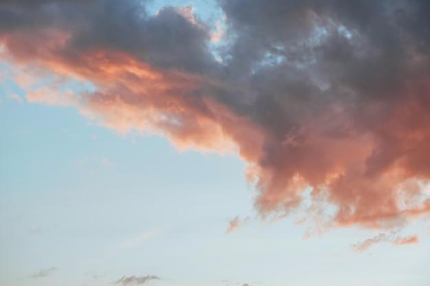Nuvole colorate sul cielo al tramonto, sullo sfondo della natura