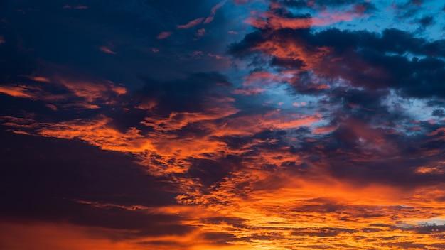 Nuvole colorate al crepuscolo la sera con luce solare pacifica dopo il tramonto sul cielo blu scuro.