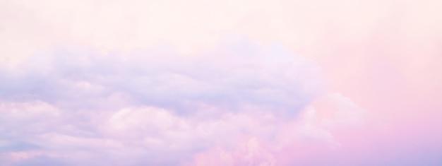 Fondo luminoso nuvoloso nuvoloso di struttura dell'estratto del cielo di tramonto