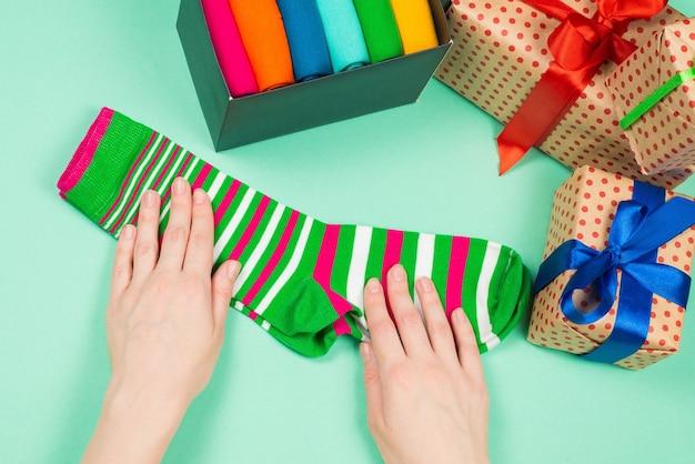 Collezione colorata di calzini di cotone come regalo nelle mani della donna