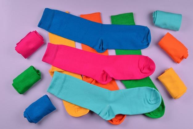 Colorata collezione di calzini in cotone.
