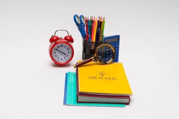 Colorata collezione di materiale scolastico impostato su sfondo bianco. di nuovo a scuola. grandi idee
