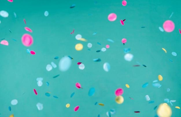 Assortimento di coriandoli colorati sulla parete blu