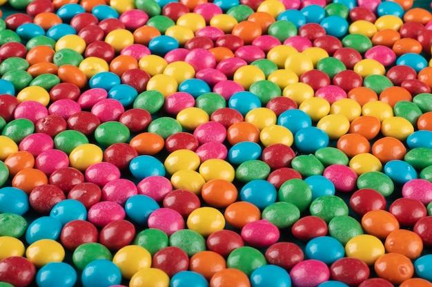 Coriandoli colorati caramelle texture di sfondo vista dall'alto.