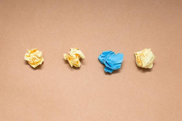 Palline colorate di carta stropicciata
