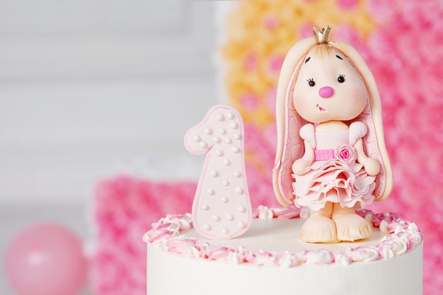 Decorazione colorata di una torta di compleanno del primo anno. immagine ravvicinata con copyspace