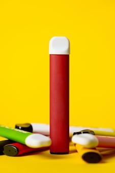 Sigarette elettroniche usa e getta colorate su giallo