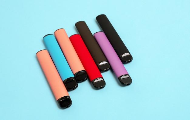Sigarette elettroniche usa e getta colorateil concetto di fumo moderno