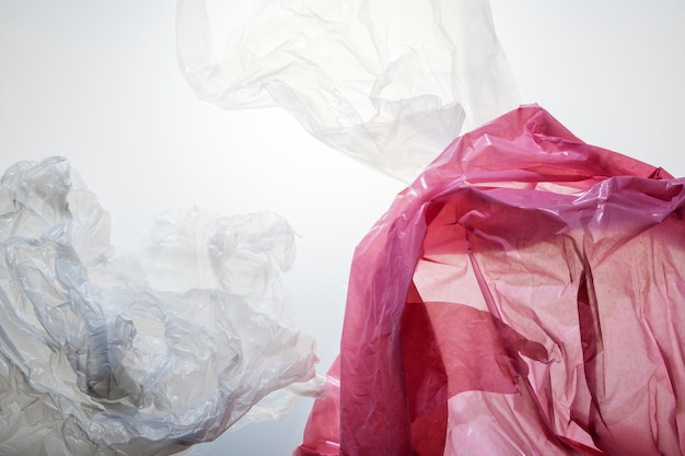 Rifiuti di plastica usa e getta colorati