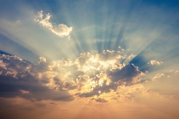 Cielo drammatico variopinto con la nuvola al tramonto. fotografia stock priorità bassa con il sole