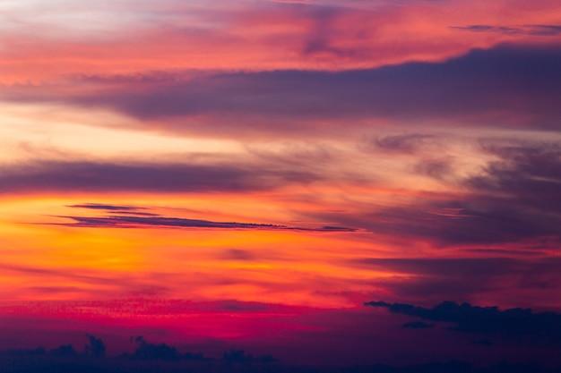 Cielo drammatico colorato con nuvole al tramonto.