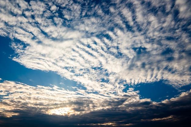 Cielo drammatico colorato con cloud al tramonto.