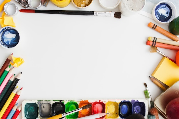 Telaio di forniture per disegno colorato su superficie bianca,