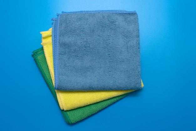 Panni in microfibra colorati e asciutti per la pulizia di diverse superfici in cucina, bagno e altri ambienti.