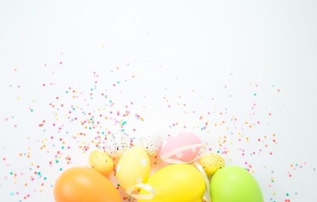 Le uova di pasqua colorate si trovano su uno sfondo chiaro.