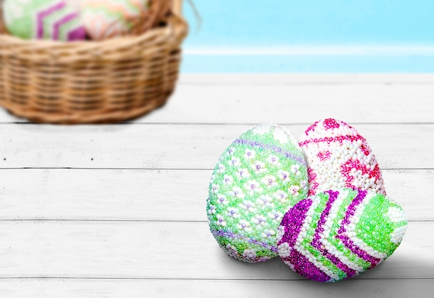 Uova di pasqua colorate sul tavolo. buona pasqua