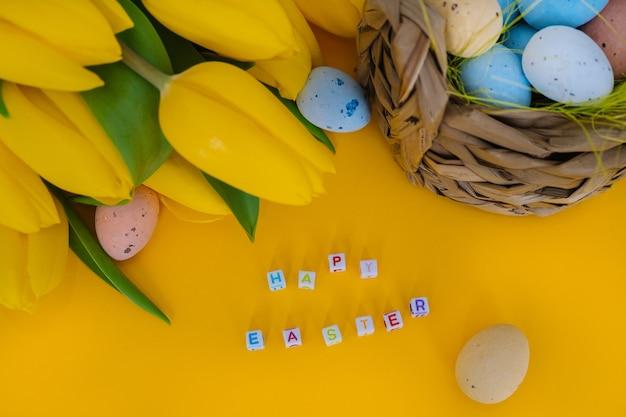 Pasqua colorate dipinte di uova maculate nel cestello.