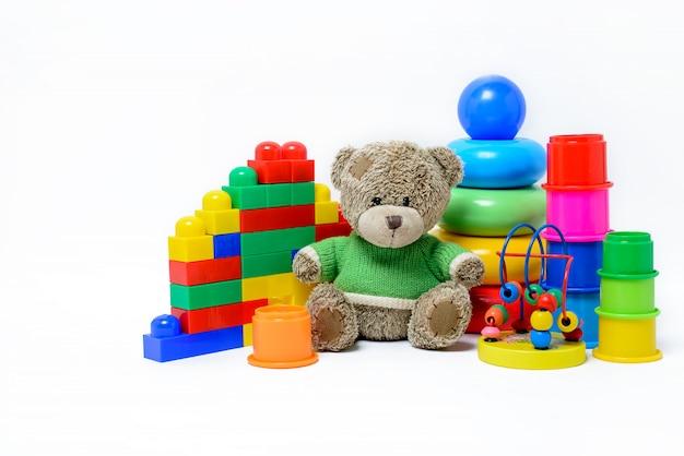 Giocattoli educativi colorati per bambini su una superficie bianca