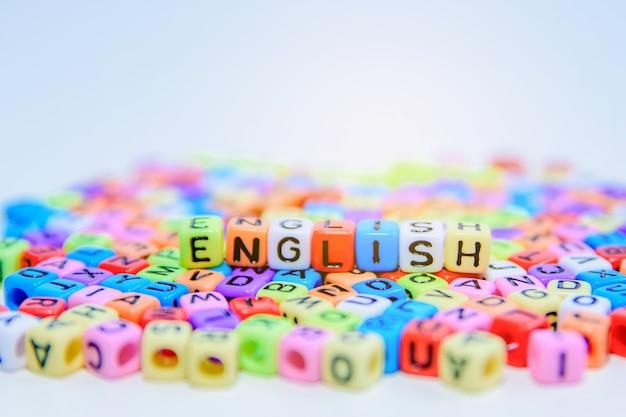 Cubo colorato alfabeto inglese sul pavimento.