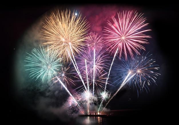 Esposizione di fuochi d'artificio colorati per la celebrazione