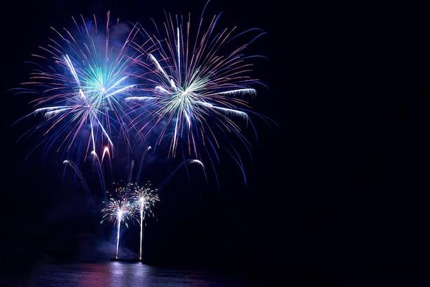 Fuochi d'artificio colorati sullo sfondo del cielo nero