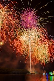 Fuochi d'artificio colorati. i fuochi d'artificio sono una classe di dispositivi pirotecnici esplosivi utilizzati per scopi di intrattenimento. rumore visibile dovuto a scarsa illuminazione, messa a fuoco morbida, dof poco profondo, leggera sfocatura del movimento