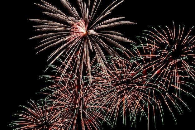 Fuochi d'artificio colorati su uno sfondo di cielo notturno.