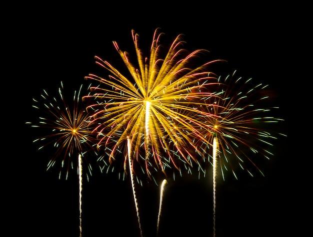 Fuochi d'artificio colorati di vari colori nel cielo notturno - effetto di colore vibrante