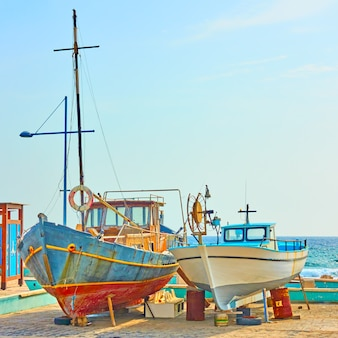 Pescherecci variopinti sul parcheggio asciutto della barca in ayia napa, cyprus
