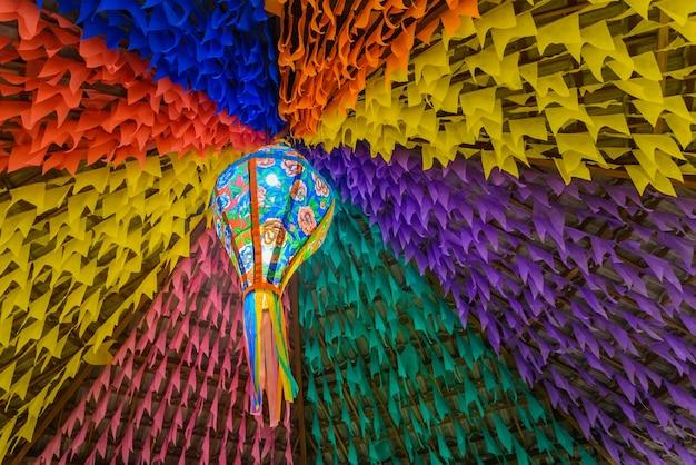 Bandiere colorate e palloncini decorativi per la festa di san giovanni nel nordest del brasile