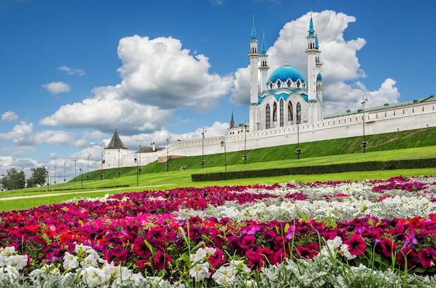 Un letto di fiori colorati vicino al cremlino di kazan in una giornata estiva sotto le nuvole bianche su un cielo blu