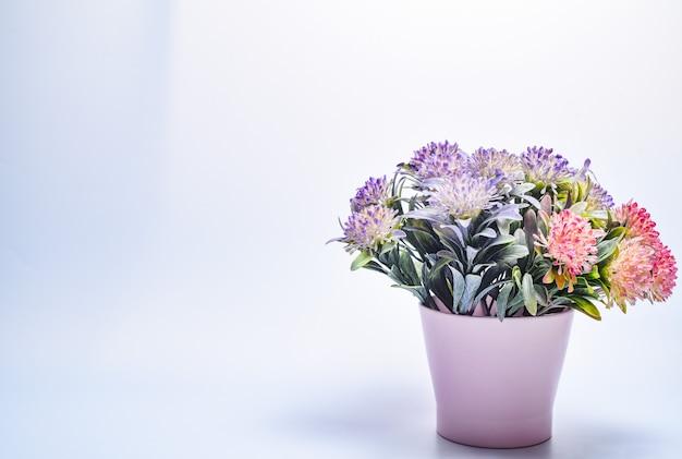 Bouquet di fiori colorati in un vaso su un grigio