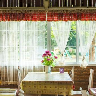 Decorazione di vasi di fiori colorati sul tavolo di legno