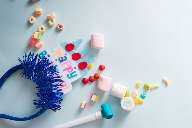 Cornice colorata con articoli per feste su sfondo blu. buon compleanno concetto birthday