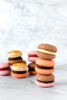 Colorate torte macaron francesi di gusti diversi