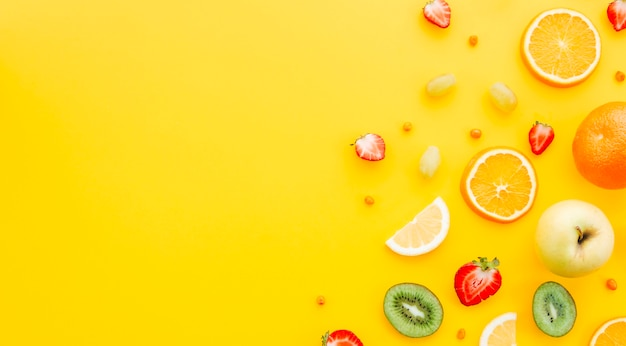 Frutta colorata su sfondo giallo Foto Premium