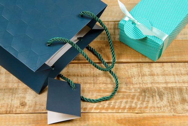 Confezione regalo colorata su tavole rustiche in vista dall'alto